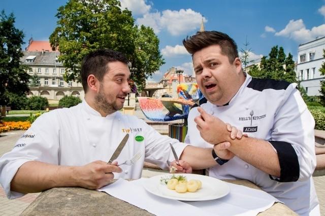 Tematem kulinarnej bitwy między Adamem Czapskim (po prawej) a Adrianem Feliksem będą kluski śląskie.
