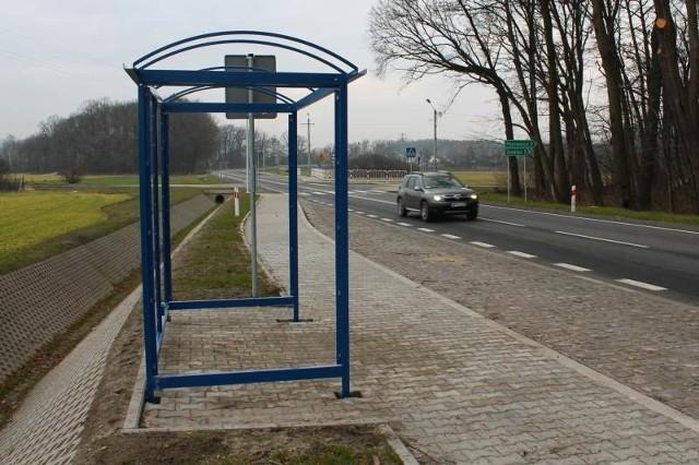 Cztery nowe przystanki staną w ciągu miesiąca przy trasie wojewódzkiej. Pierwszy został już zmontowany w pobliżu Kalinowic.