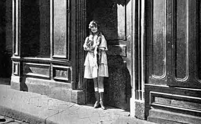 Status pomorskich prostytutek regulowało rozporządzenie z 1908 roku (dotyczyło zachowania się kobiet podlegających kontroli obyczajowej).Każda prostytuka musiała być zarejestrowana. W ten celu dostarczała trzy zdjęcia. Jedno wędrowało do tzw. książki rewizyjnej, a dwa zabierała policja. Prostytutki zobowiązane były nosić takie książki przy sobie. Za ich przeróbki albo zgubienie groziły kary. Książki rewizyjne panie musiały okazać na każde żądanie tak policji, jak i klientów. - Książkę rewizyjną należy mieć zawsze przy sobie i na żądanie pokazać ją każdemu urzędnikowi policji, jakoteż odnośnemu mężczyźnie  z którym zamierza mieć stosunek płciowy albo już takowy nawiązała - czytamy w rozporządzeniu z 1908 roku.
