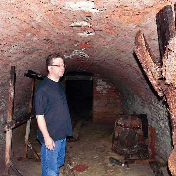 Po podziemnym tunelu ciągnącym się ponad 20 metrów za murami kościoła oprowadził reportera Nowin ks. Paweł Konieczny. Jego zdaniem, podziemny szlak prowadził do baszty, a potem aż nad brzeg Sanu, który płynął dawniej bliżej klasztoru.