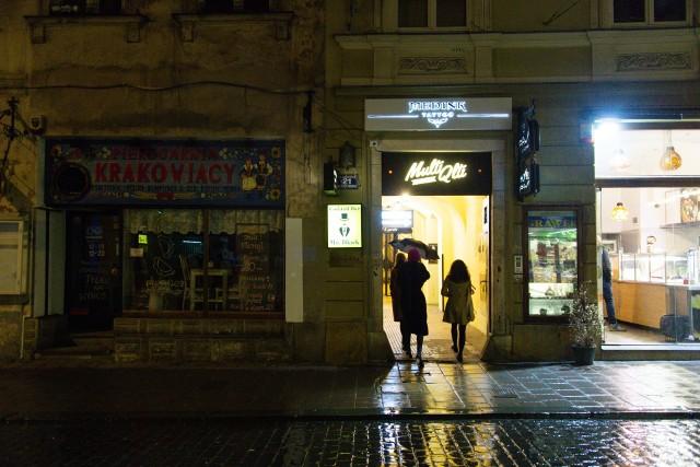 Kraków, ul. Szewska. W lockdownie wymarła w sobotni wieczór, ale nie do końca...