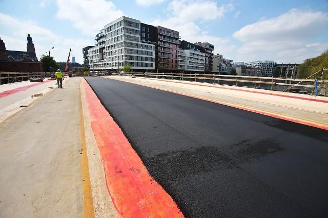 Na nową betonową płytę pomostową, budowlańcy ułożyli warstwę bitumiczną. Od jutra rozpocznie się układanie płyty węgierskiej w której będzie poprowadzone torowisko.
