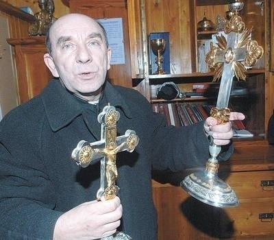 Ks. proboszcz Józef Wałaszek prezentuje krzyże św. Jakuba (z lewej) i św. Kingi Fot. Jerzy Cebula