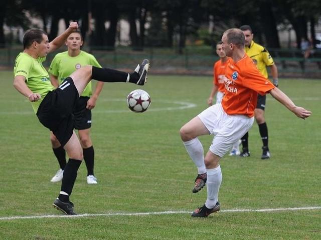 Żurawianka (zielone koszulki) ograła spadkowicza z III ligi Strumyk Malawa
