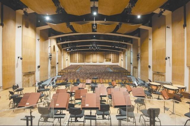 Przy ul. Podleśnej znajdują się instrumenty, krzesła, pulpity czy oświetlenie. To własność opery. Przez najbliższe półtora roku ma z tego korzystać nadal orkiestra opery oraz muzykujący uczniowie i studenci.