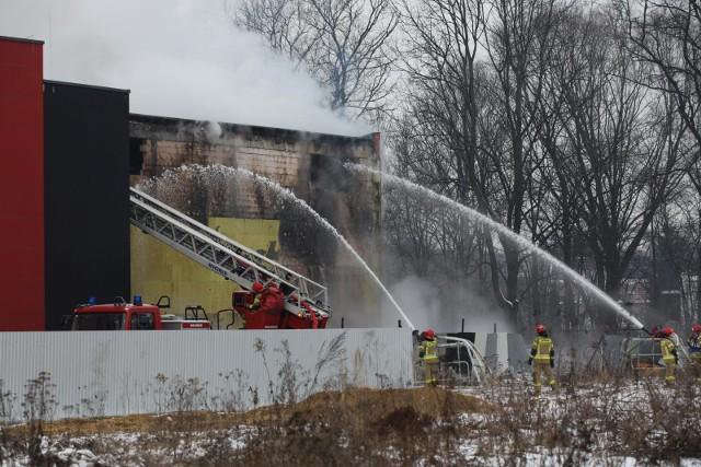 Strażacy leją 7 tys. litrów wody na minutę z działek wodnych