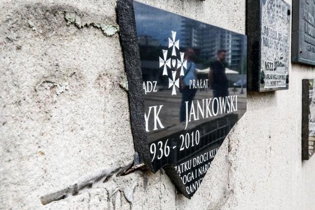 Zniszczona tablica pamiątkowa księdza Henryka Jankowskiego na Placu Solidarności