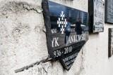 Tablica ks. Jankowskiego na Placu Solidarności zostanie naprawiona. Policja publikuje wizerunek podejrzanego