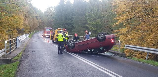 W poniedziałek kilka minut przed godz 8 na drodze wojewódzkiej nr 163 doszło do groźnie wyglądającego zdarzenia drogowego z udziałem jednego auta osobowego marki Skoda Fabia. Jak udało nam się ustalić na miejscu zdarzenia autem podróżował jeden mężczyzna, to 40 letni mieszkaniec Poznania. 40 latek jechał od Połczyna Zdroju w kierunku Białogardu, na łuku drogi w pobliżu Tychówka w wyniku niedostosowania prędkości do warunków panujących na drodze stracił panowanie nad pojazdem, zjechał na przeciwny pas ruchu, uderzył w bariery a następnie dachował. Na szczęście nic mu się nie stało. Mężczyzna został ukarany mandatem karnym.