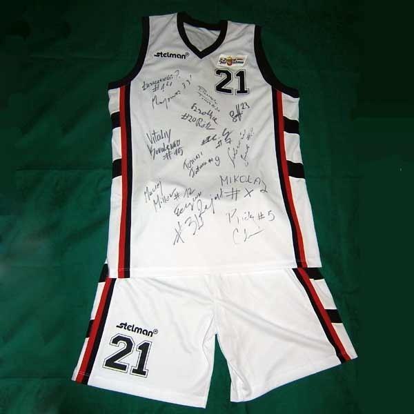 Jedna z pamiątek to koszulka z autografami koszykarzy Znicza.