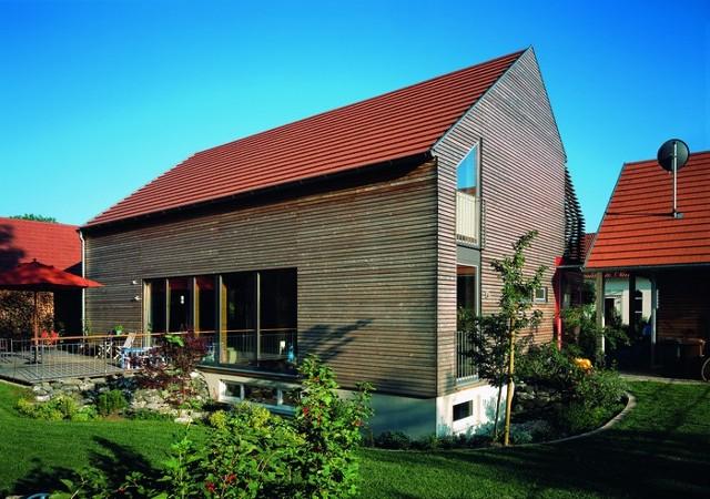 Domy mieszkalne tworzone na planie tradycyjnej stodoły stają się ostatnio coraz modniejsze. Mogą zostać zbudowane od podstaw bądź powstać na bazie starego obiektu, służącego niegdyś do celów gospodarczych.