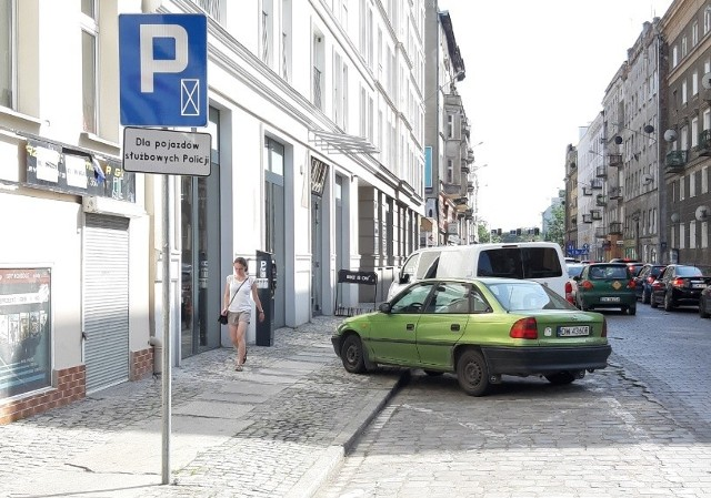 Ile czasu potrzeba na przemalowanie jednego miejsca parkingowego? We Wrocławiu 4 miesiące to za mało.