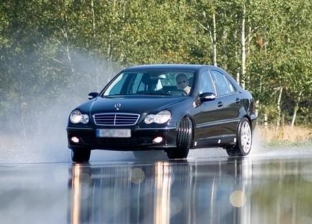 Testy na mokrych nawierzchniach wykazały, że opona całoroczna nie zapewnia bezpieczeństwa