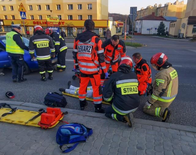 Do wypadku doszło we wtorek na ul. Grunwaldzkiej w Przemyślu.- Ze wstępnych ustaleń policjantów wynika, że kierujący audi, 24-letni mieszkaniec pow. przemyskiego jadąc w kierunku Ostrowa, nie zauważył przechodzącego przez oznakowane przejście dla pieszych 44-letniego przemyślanina - powiedziała podkom. Marta Fac z KMP w Przemyślu. W wyniku uderzenia pieszy stracił chwilowo przytomność. Pogotowie ratunkowe zabrało 44-latka do szpitala z urazem głowy. Aktualizacja, środaBadanie alkomatem wykazało, że kierujący fordem był trzeźwy, natomiast pieszy miał ponad 2 promile. Na miejscu, jeszcze przed przybyciem załogi karetki pogotowia, kierujący udzielił pomocy poszkodowanemu.Śledczy wraz z technikiem kryminalistyki wykonali oględziny. W toku prowadzonego postępowania zostaną wyjaśnione okoliczności zdarzenia.