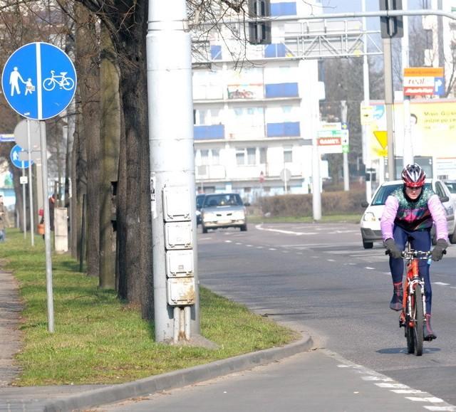 Rowerzyści w Toruniu bardzo często jeżdżą po ulicach, bo po wielu chodnikach lepiej nie jeździć
