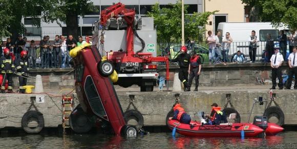 Akcja wyciągania z Odry dwutonowego bmw trwała niecałą godzinę. Poradził sobie średniej wielkości dźwig strażacki. Teraz samochód zbadają eksperci od wypadków drogowych.