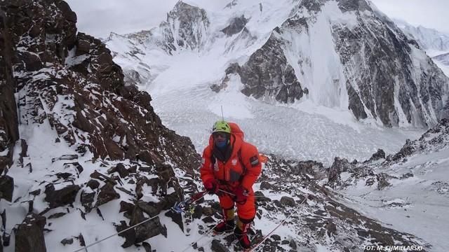Już w trakcie wyprawy himalaiści musieli zmienić kierunek podejścia na szczyt K2. Ze względu na zagrożenie lawinowe przenieśli się z tzw. drogi Basków na żebro Abruzzi