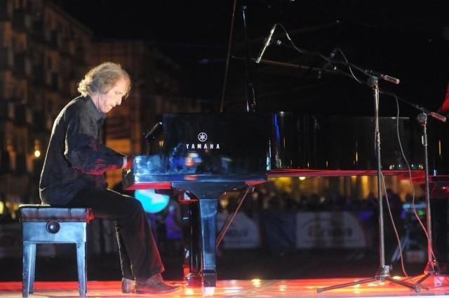 Artur Dutkiewicz podczas nocnego koncertu na skrzyżowaniu w centrum miasta. Występ obejrzało setki gorzowian.