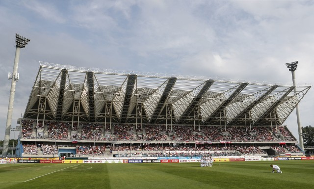 Urząd Miasta Rzeszowa wybrał wykonawcę na przebudowę Stadionu Miejskiego przy ul. Hetmańskiej. Dostosowanie obiektu do wymogów PZPN-u będzie jednak kosztować więcej niż zakładał rzeszowski magistrat.