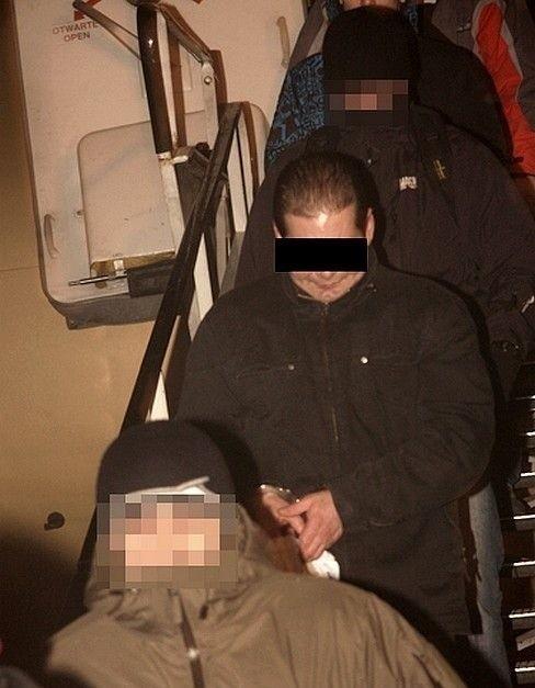 Bandyta wysiada z samolotu na Okęciu