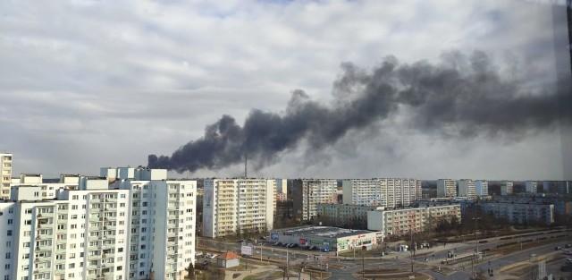 Pożar w Toruniu! Płoną pianki otulinowe na terenie jednego z zakładów produkcyjnych przy ul. Na Uboczu w Grębocinie. Na miejscu jest straż pożarna.