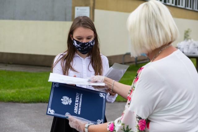 Kończący się rok szkolny 2020/2021 był szczególnie trudny dla uczniów ósmych klas oraz maturzystów, którzy musieli zdalnie przygotowywać się do egzaminów