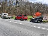 Jełowa. Na drodze krajowej nr 45 volkswagen golf uderzył w tył przyczepy ciągniętej przez skodę