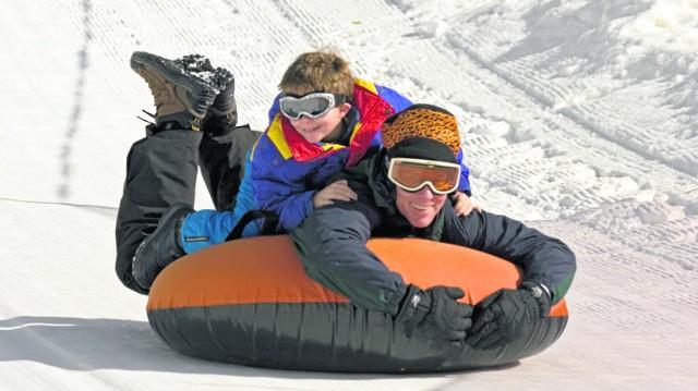 Wisła ma od dziś podobną jak na tym zdjęciu atrakcję zimową: snowtubing, czyli możliwość 40-metrowego zjazdu na oponie. To rozrywka głównie dla dzieci, ale dorośli też dają się skusić...