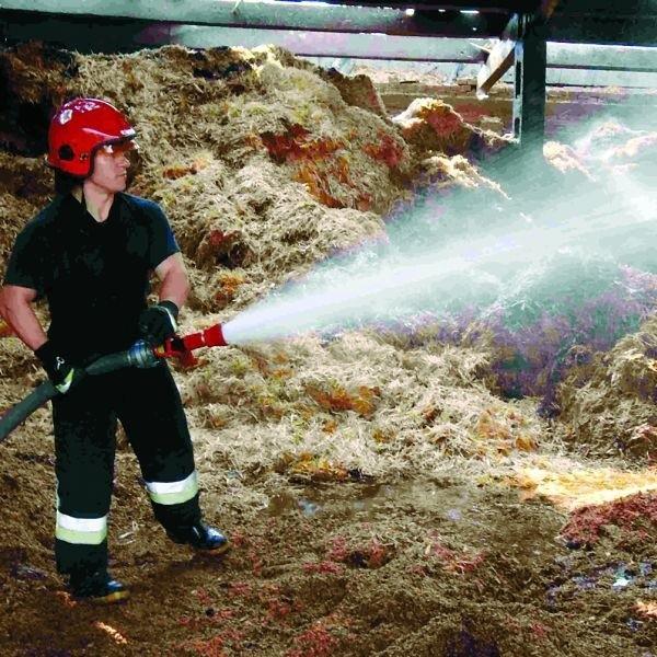 W dogaszaniu biomasy brał udział m.in. starszy strażak Jacek Chmielewski z Komendy Powiatowej Państwowej Straży Pożarnej w Ełku