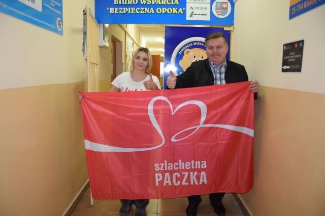 Na zdjęciu od lewej: Iwona Marzec, koordynatorka Szlachetnej Paczki w powiecie jędrzejowskim oraz Dariusz Lisowski, prezes Fundacji Miśka Zdziśka, w siedzibie której zbierane są produkty.