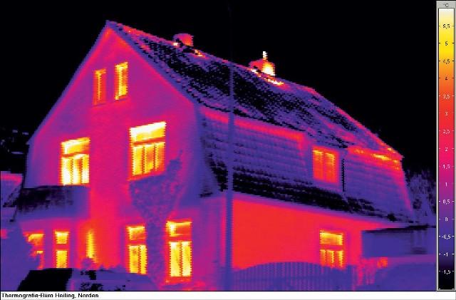 Zdjęcie kamerą termowizyjnąW zlokalizowaniu miejsc, przez które ucieka z budynku najwięcej ciepła pomocne są badania termowizyjne. Straty energii możemy zminimalizować. Jak? Likwidując mostki termiczne, docieplając strop czy też wymieniając okna.