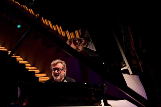 Andrzej Jagodziński to ceniony polski pianista , który umiejętnie potrafi łączyć jazz , klasykę i rozrywkę