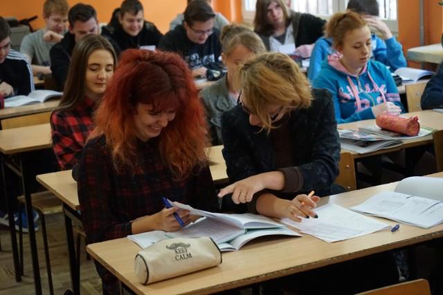 Znamy wyniki pierwszego etapu rekrutacji do szkół ponadgimnazjalnych w roku szkolnym 2017/2018. Oto najpopularniejsze licea w Poznaniu. Gdzie było najtrudniej się dostać. Sprawdź!Przejdź do kolejnego zdjęcia --->Źródło: Dzień Dobry TVN/x-news