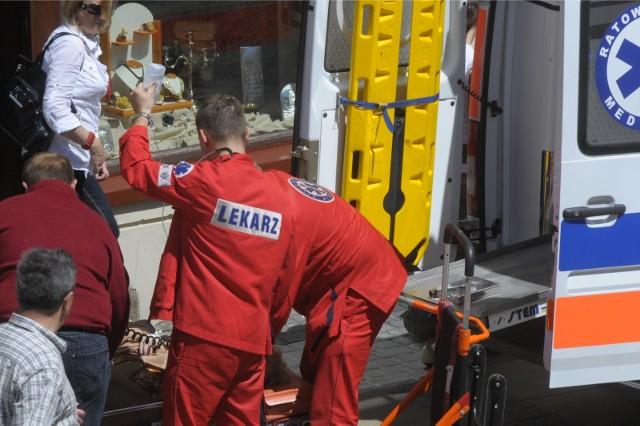 28-letni mężczyzna spadł z wysokości około 10 metrów. Był reanimowany jeszcze na terenie huty, a następnie zespół pogotowia ratunkowego przewiózł go do szpitala w Głogowie. Zdjęcie ilustracyjne