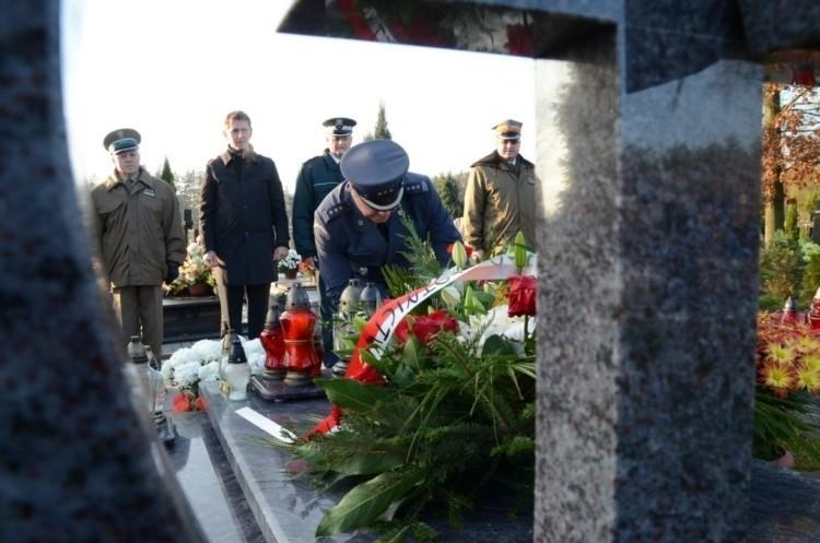 Katastrofa smoleńska. Kwiaty na grobach podlaskich ofiar (zdjęcia, wideo)