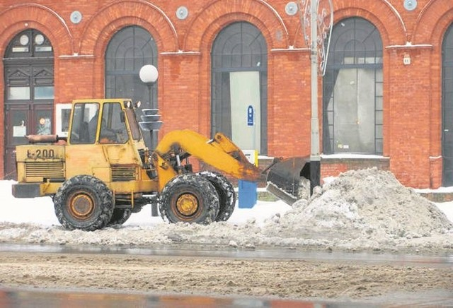 Na objętej Strefą Płatnego Parkowania ul. Zamkowej miejsca wolne, ale... całe  zaśnieżone.