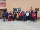 W Chobrzanach poszli z kijami w marszu patriotycznym dla chorego Bartusia. Połączyli zdrowy spacer ze zbiórką pieniędzy [ZDJĘCIA]