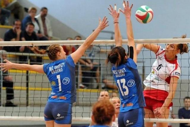 Katarzyna Warzocha atakuje w meczu z Karpatami Krosno.