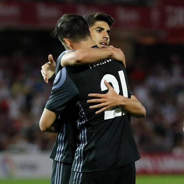 Marco Asensio to piłkarz, który coraz częściej wchodzi do pierwszego składu Realu Madryt (tu z Alvaro Moratą)