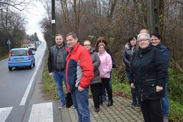 Mieszkańcy Łazów Biegonickich boją się chodzić wąskim poboczem. Od lat proszą o budowę chodnika