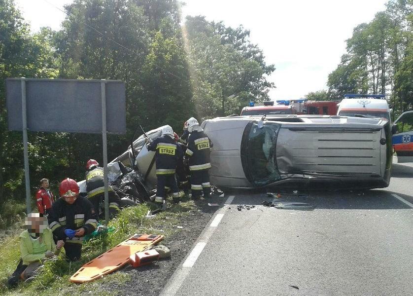 Na drodze nr 32 zderzyły się dwa auta osobowe. Zdjęcie...