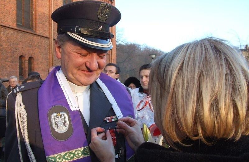 Włodzimierz Jankowski, ksiądz słupskiej Solidarności otrzymuje odznaczenie za swoją postawę w latach
