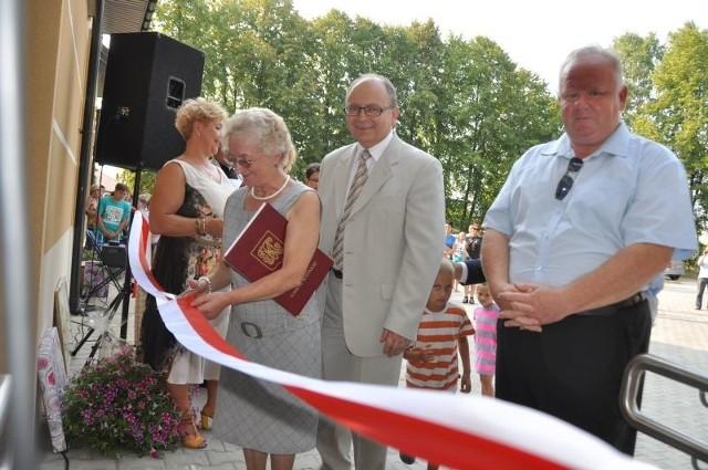 W przecięciu symbolicznej wstęgi pomagali sołtys Krystynie Stolarskiej między innymi burmistrz Krzysztof Obratański i starosta Bogdan Soboń