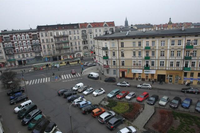 Znalezienie wolnego miejsca postojowego w rejonie rynku Łazarskiego graniczy z cudem. Zamiast strefy na Łazarzu i na Wildzie mogą powstać parkingi na pereyferiach Poznania