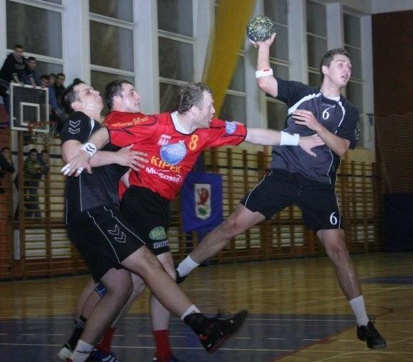 Łukasza Krzyżanowskiego stara się powstrzymać zawodnik Focusa, Dymytro Zinchuk.