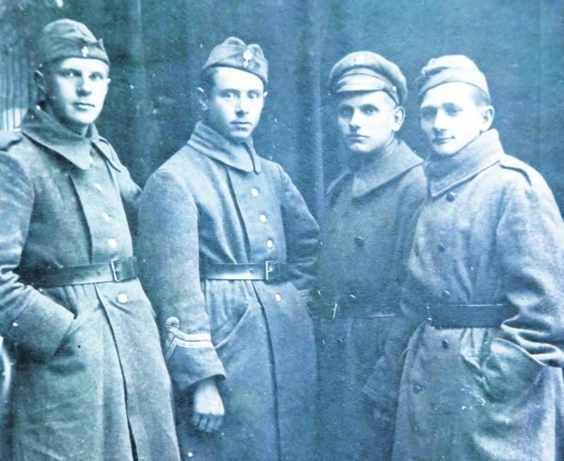 To zdjęcie Alfreda Niwińskiego (pierwszy z lewej)  z kolegami ochotnikami wojny w 1920 roku znajduje się w muzeum szkolnym VI LO w Białymstoku