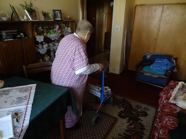 Nawet po domu pani Stanisława musi poruszać się i to z trudem oparta na balkoniku.