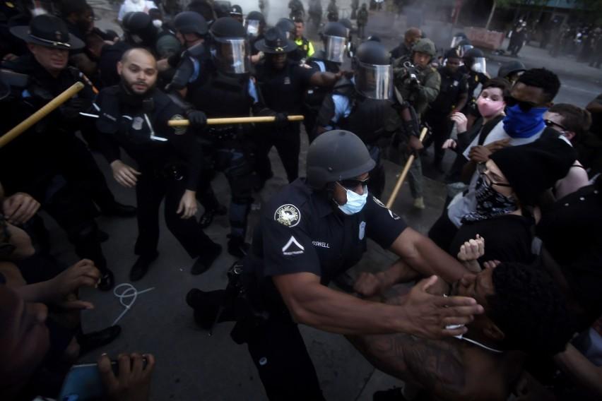 Zamieszki w USA 2020: Zdjęcia i wideo. Ameryka płonie, protesty z Minneapolis rozlały się na cały kraj. Donald Trump z rodziną ewakuowany