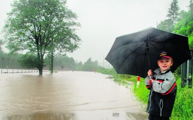 Czteroletni Artur Banaś przyszedł z mamą popatrzeć na zalaną drogę z Sędziszowej do Pławnej