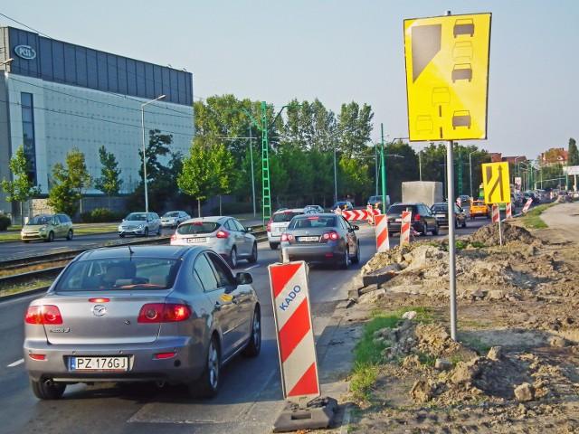 Z powodu remontu kierowcy są zmuszeni do jazdy na suwak m.in. na Al. Jana Pawła II. Takich miejsc w Poznaniu jest jednak więcej, np. przy rondzie Obornickim lub ul. Mieszka I